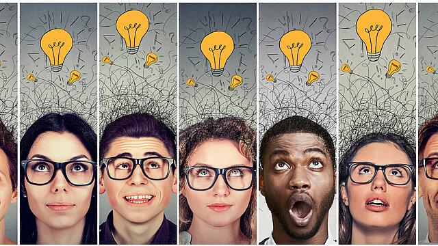Eine Gruppe von Frauen und Männern hat viele gute Ideen. Diese sind als Glühbirnen über den Köpfen dargestellt.