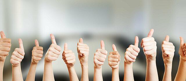 """Zu sehen sind die Hände verschiedenster Personen, die das Zeichen """"Daumen hoch"""" geben."""
